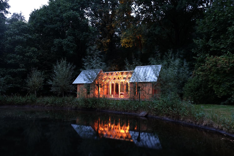 záhradný dom večer